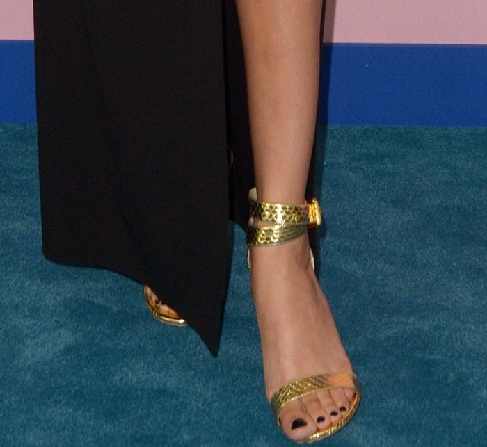 Joan Smalls showed off her sexy feet in gold sandals