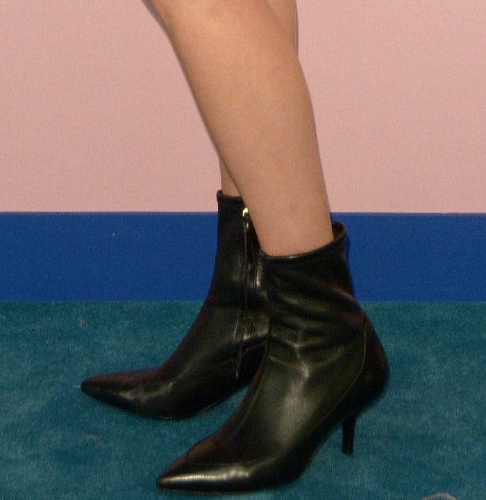 Karlie Kloss flashed her legs in black ankle boots