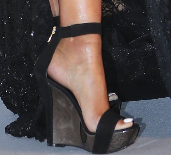 Nicki Minaj showing off her sexy feet in wedge sandals