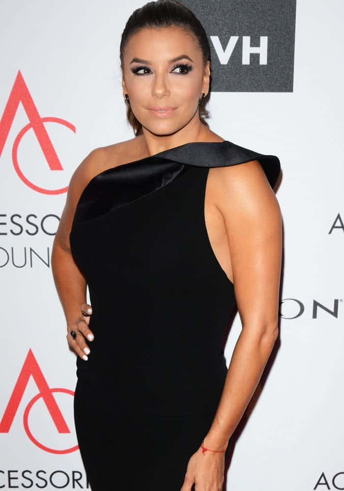 """Eva steps out on the red carpet stylishly before receiving her """"Ambassador of Style"""" Award"""