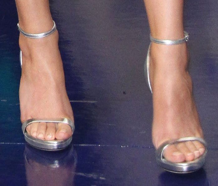 Hailee shines down to her toes with a pair of metallic sandals