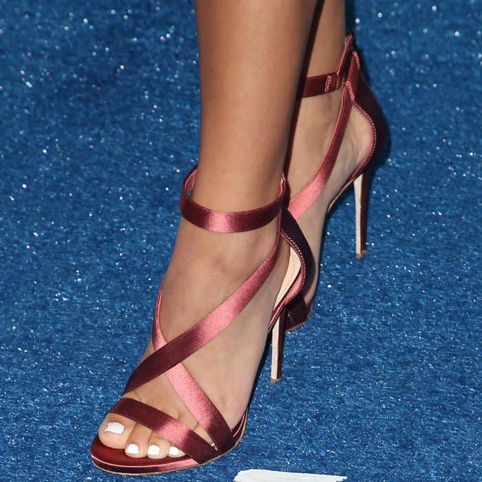 Isabela Moner's pretty feet in Vince Camuto sandals