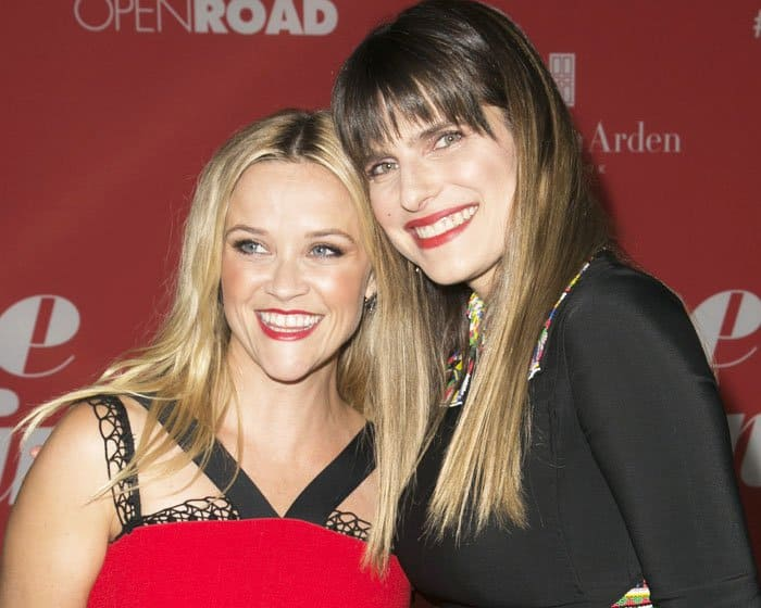 """Lake poses with """"Home Again"""" co-star Reese Witherspoon"""