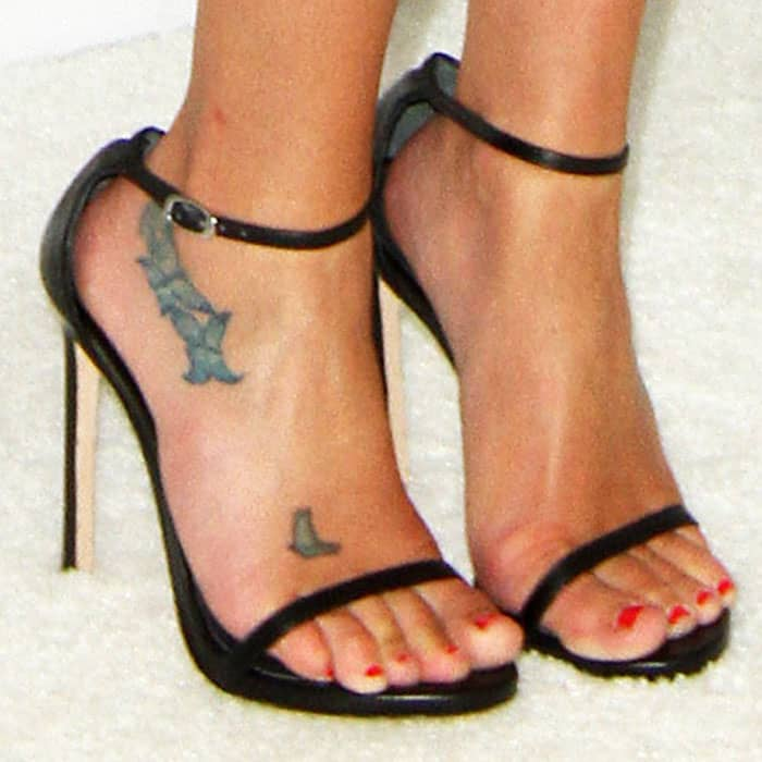 """Lea keeps things classic with a pair of Stuart Weitzman """"Nudist"""" sandals in black leather"""