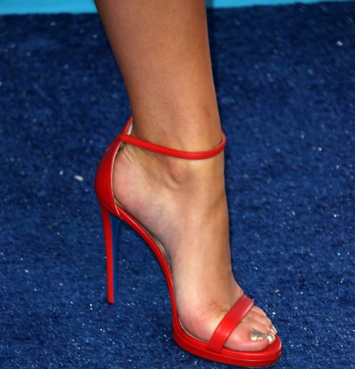 Chloe Lukasiak wearing red Loriblu ankle-strap sandals at the 2017 Teen Choice Awards
