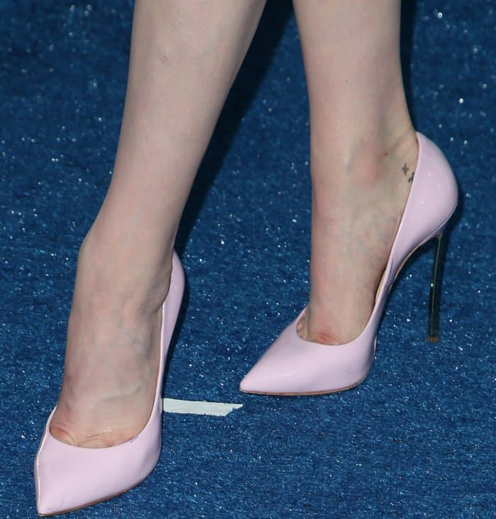 Katherine McNamara wearing pink Casadei pointy-toe pumps at the 2017 Teen Choice Awards