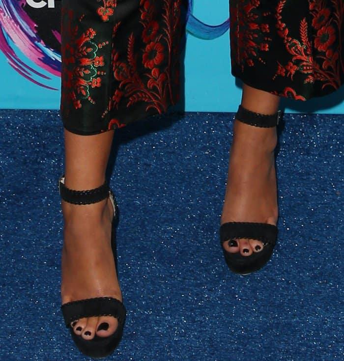 Maddie Ziegler displayed her pretty feet on the blue carpet