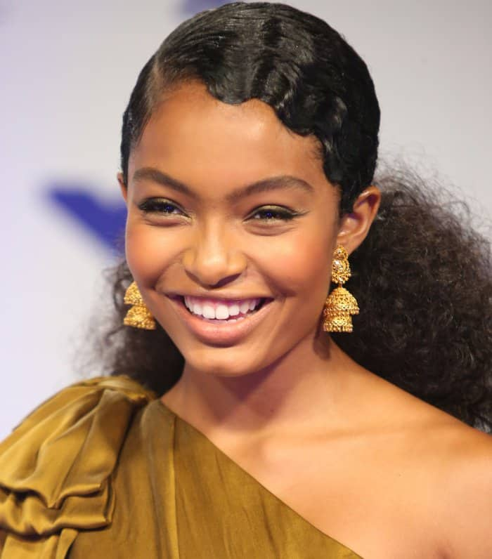 Yara Shahidi'scurls were styled in a side-parted ponytail