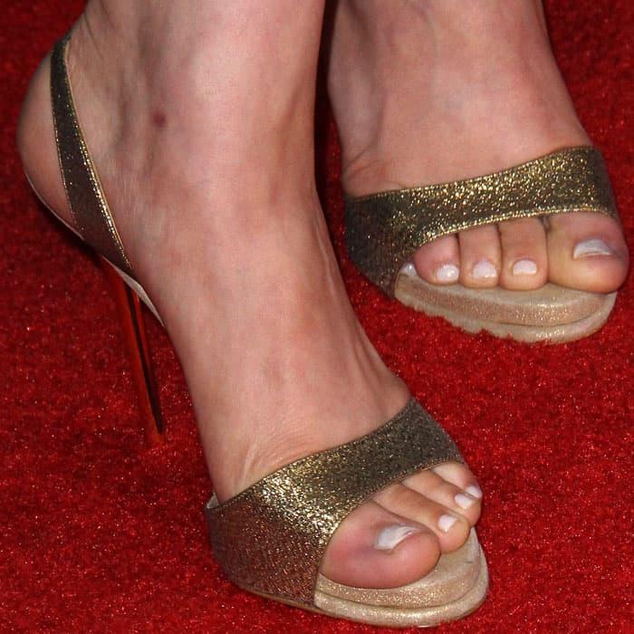 The actress wears a decent pair of gold glitter sandals