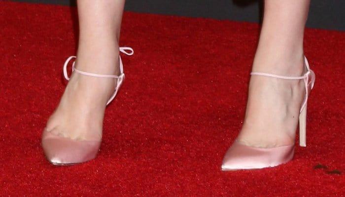 "Elisabeth Moss in pink Olgana Paris ""L'Attachante"" pumps."