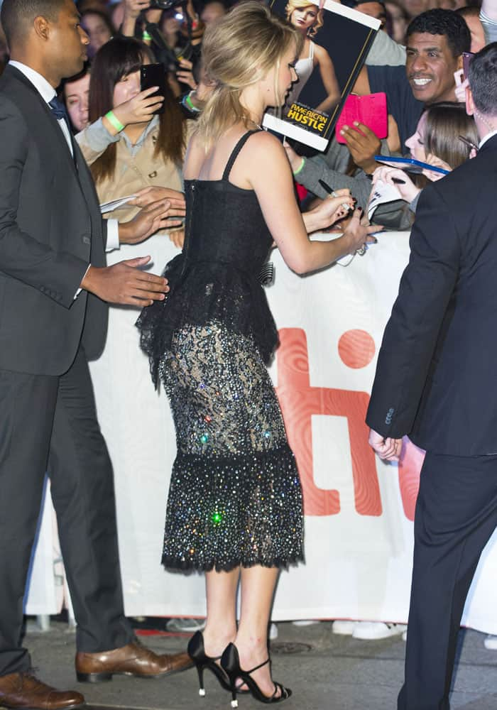 Despite being in a hurry, Jennifer made sure to sign autographs and take pictures with her fans