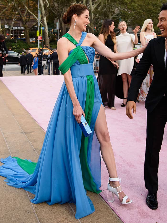 Michelle Monaghan polished her ethereal ensemble with breathtaking Prabal Gurung x Tasaki pearl drop earrings and a blue pearl clutch