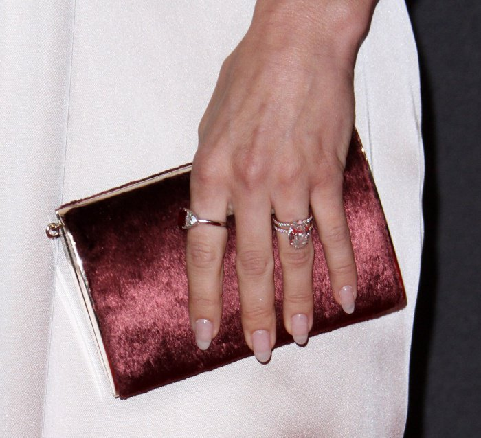 Julianne Hough carrying a dark pink clutch at the 2017 Creative Arts Emmy Awards