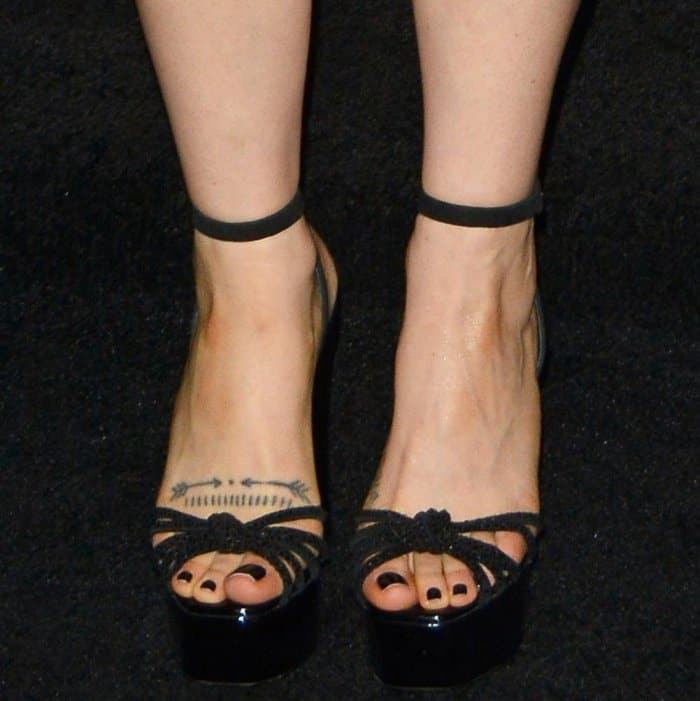 """Zosia Mamet wearing black ankle-strap platform sandals at the """"Mother!"""" premiere"""