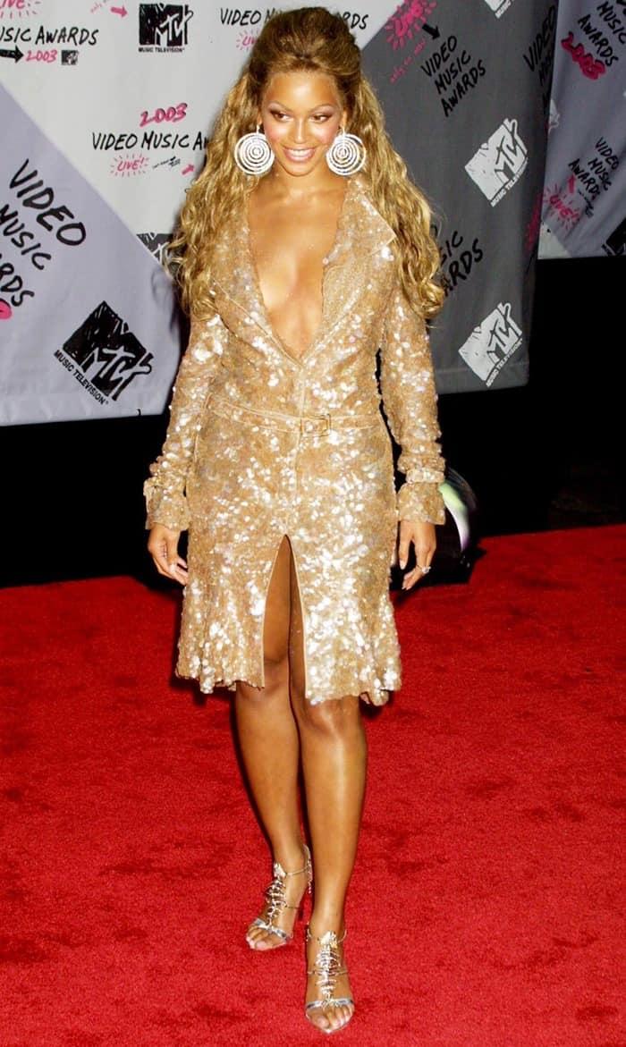 Beyonce Knowles shows off her feet incrystal fishbone metallic sandals
