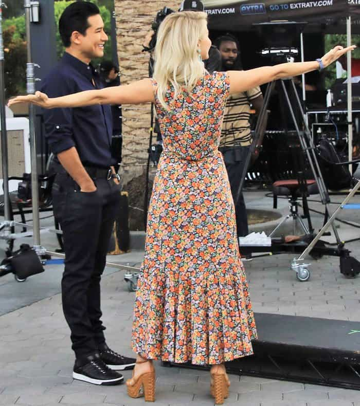 "Jules and ""Extra"" host Mario Lopez fool around in between takes"