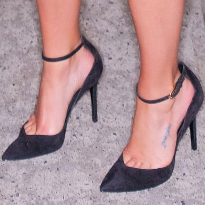 """Lea showed off some toe cleavage in a pair of Stella Luna """"Indispensable"""" ankle strap pumps"""
