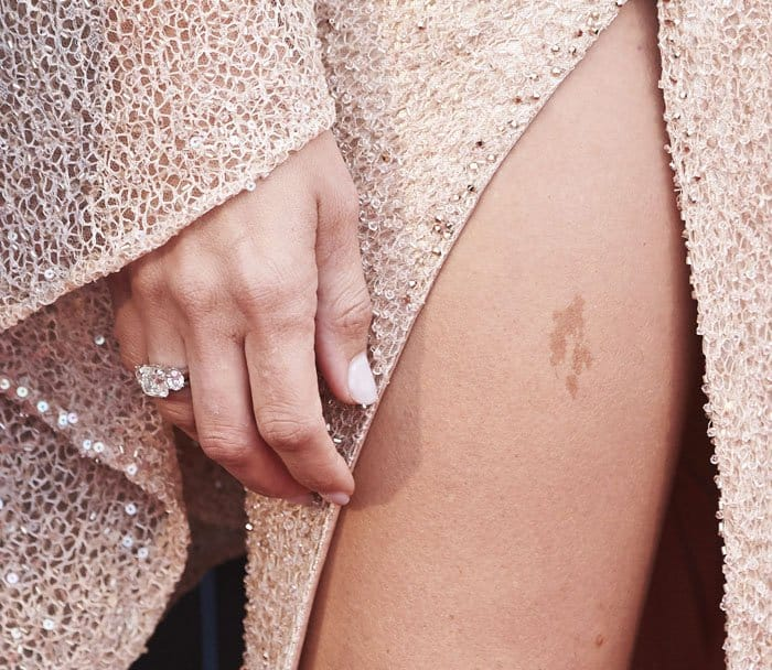 Penelope sported a ring from Damas Jewellery