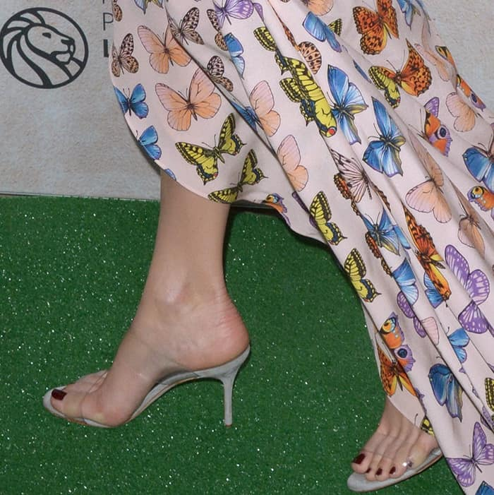 "Margot Robbie showed off her sexy feet in Manolo Blahnik ""Scolto"" mules"