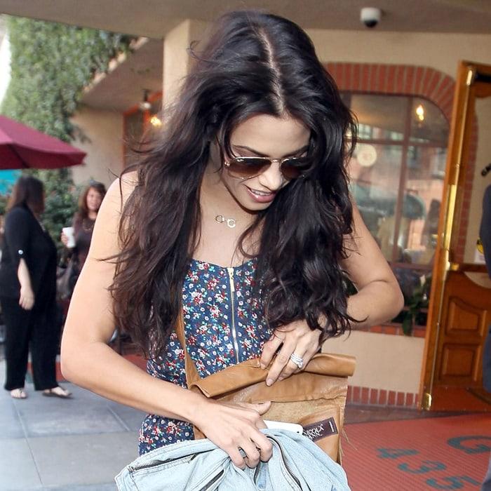 Nicola Dann label on Jenna Dewan's tan fringe messenger bag