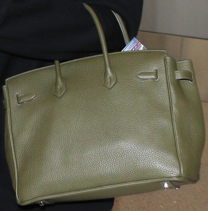 "Khloe hid her ""baby bump"" behind an Hermés ""Birkin"" bag"