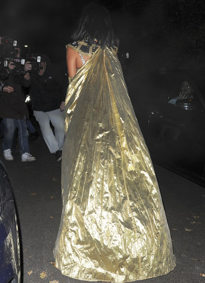 Nicole exits the Jonathan Ross party with her gold cape trailing behind her
