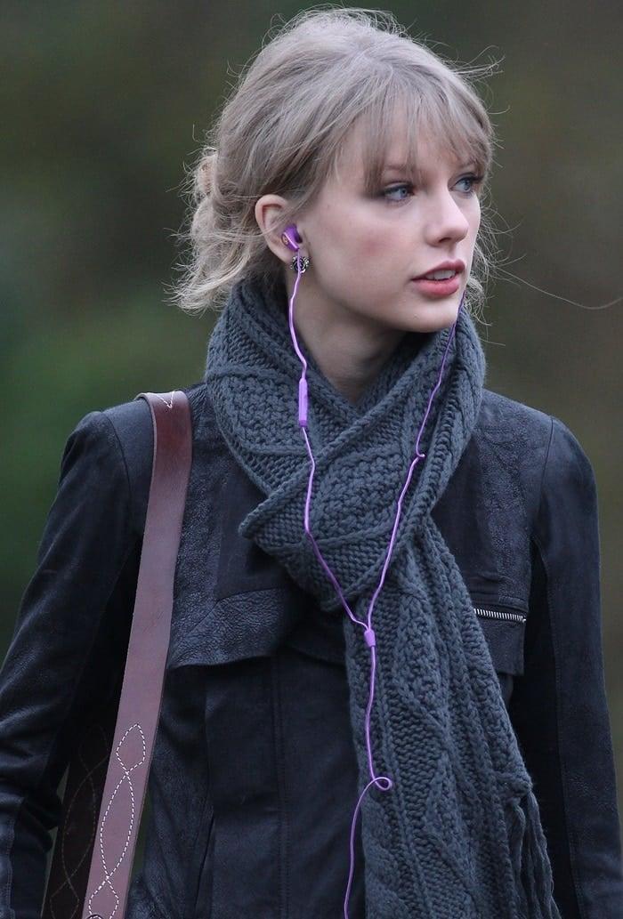 Taylor Swift wearing Skullcandy headphones