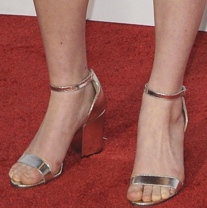 Sadie Sink wearing metallic silver sandals at the 2017 American Music Awards