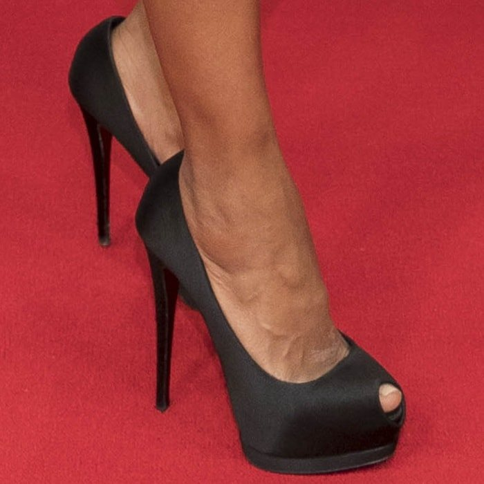 Kerry Washington showing off her feet in peep-toe Giuseppe Zanotti 'Sharon' satin pumps