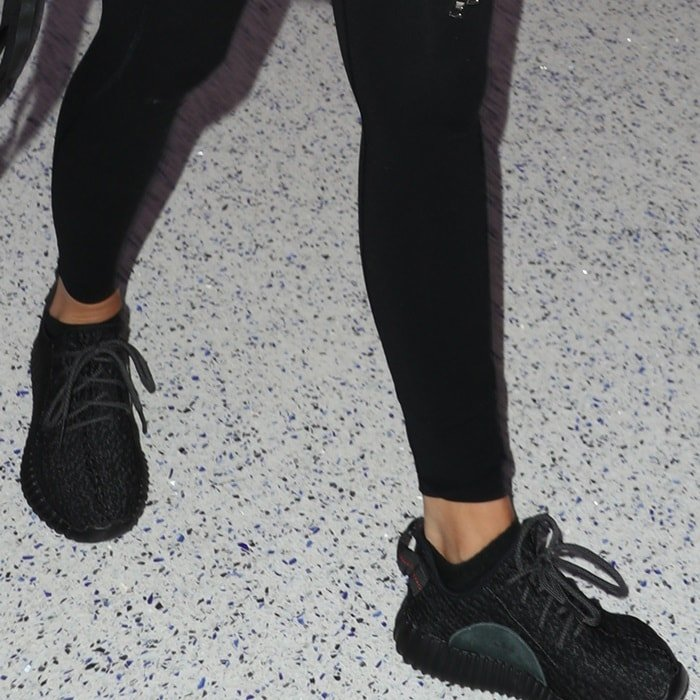classic fit 90d92 59c13 Pregnant Pregnant Kardashian Reveals Bump Bump Bump Yeezy Khloe In Shoes  Growing Baby wa1qxUnwv