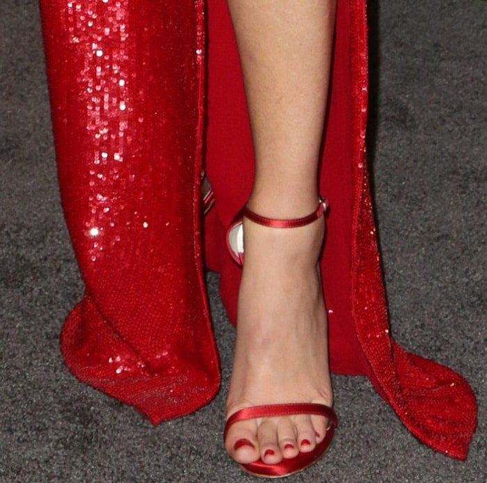 "Elizabeth Banks wearing Stuart Weitzman ankle-strap sandals at the ""Pitch Perfect 3"" premiere"