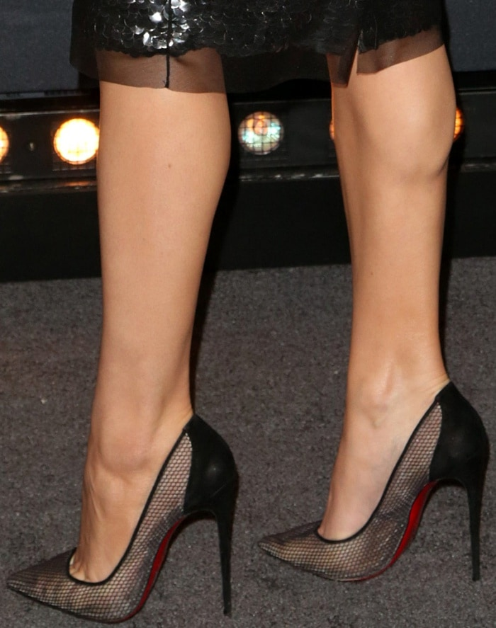"Hailee Steinfeld shows off her feet in Christian Louboutin ""Follies Resille"" pumps"