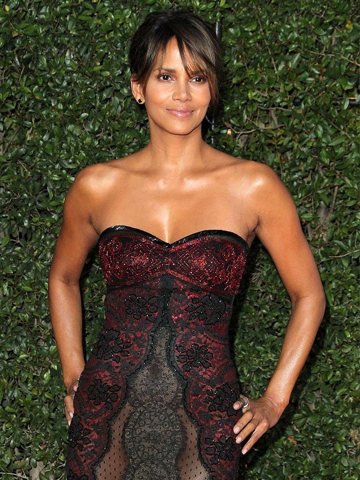Halle Berry also chose only a pair of small black stud earrings