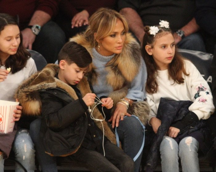 Jennifer Lopez watches the Los Angles Lakers game along with her twins Emme and Maximilian and Alex Rodriguez with his daughters Ella and Natasha on January 5, 2018
