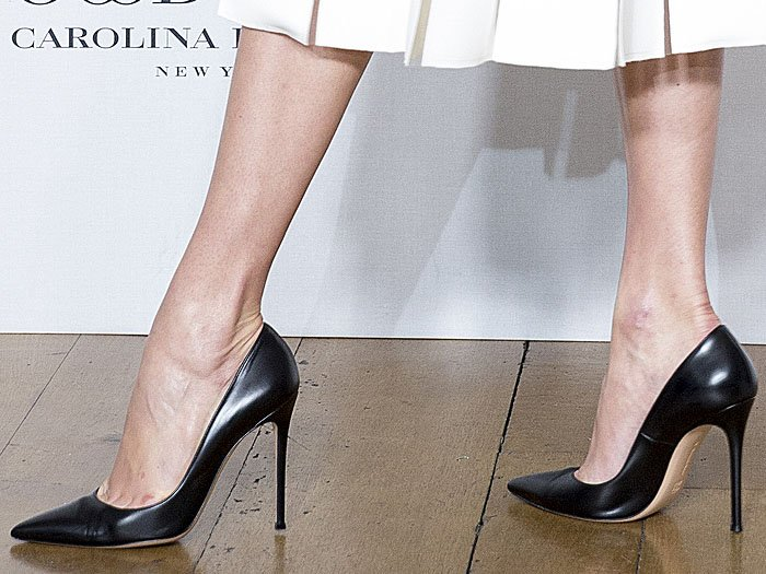 Karlie Kloss's hot feet in Carolina Herrera black leather pointy-toe pumps