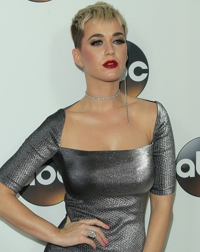 Katy Perry sported Area's black and silver cotton-blend lamé 'Clara' midi-dress