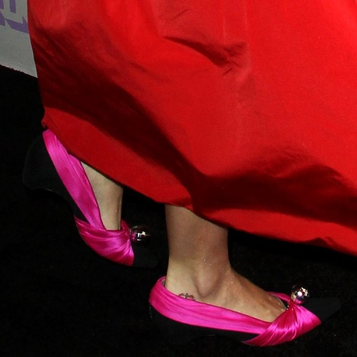Katy Perry shows off her feet in black and pink flats