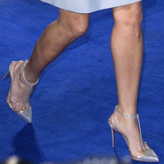 Reese Witherspoon's toe cleavage in pointy-toe pumps