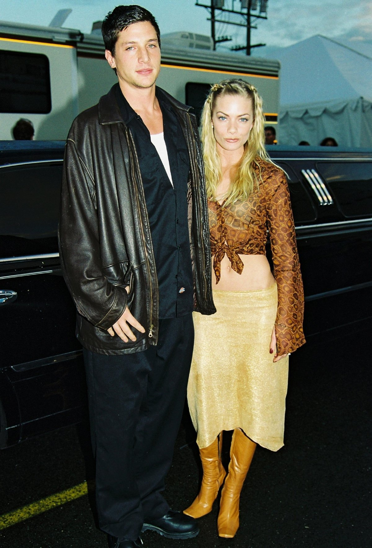 Simon Rex and his girlfriend Jaime Pressly at the 2001 American Music Awards