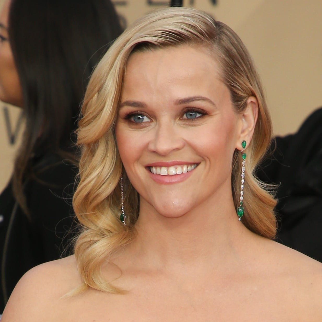 Reese Witherspoon showing off her striking Gismondi 1754 drop earrings