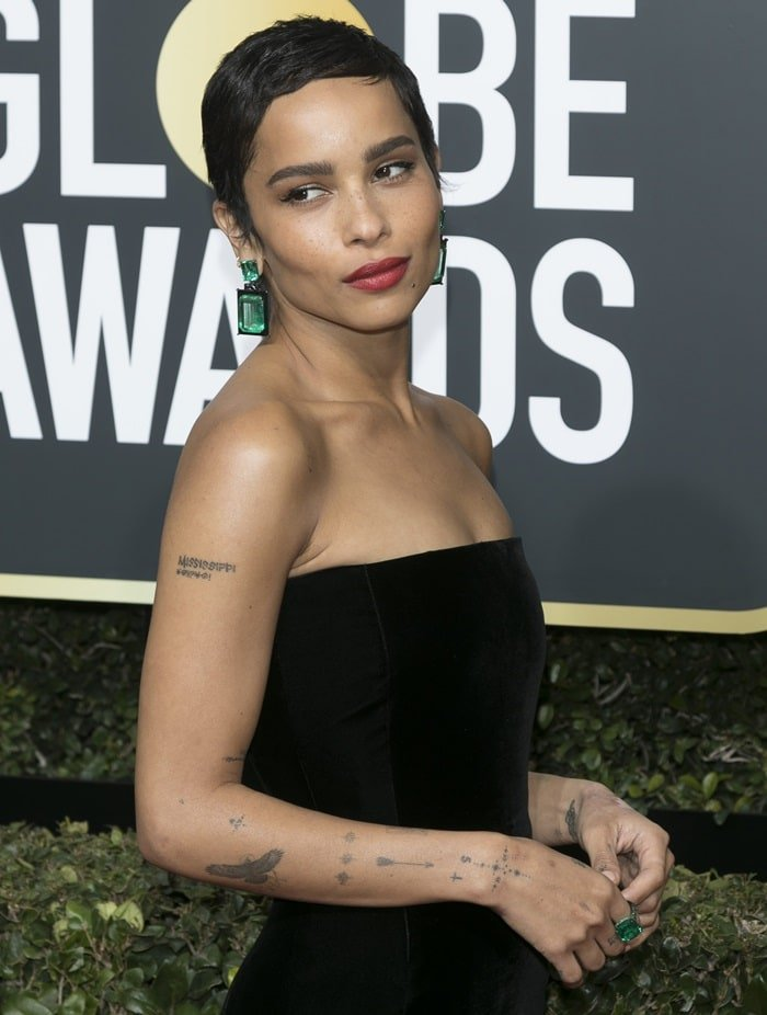 Zoë Kravitz accessorized with oversized emerald earrings and a matching ring from Lorraine Schwartz