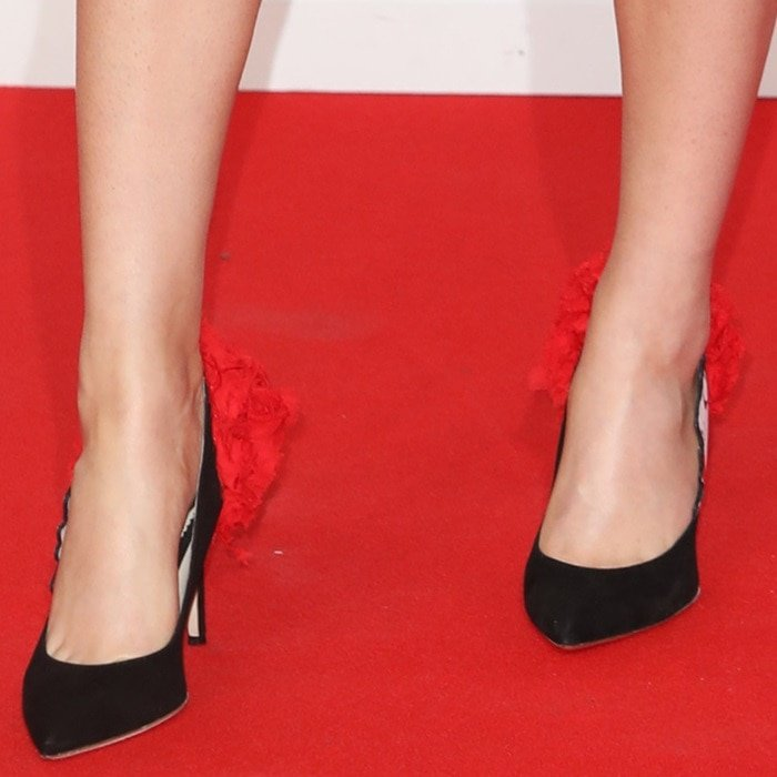 Ellie Goulding wearing pointy-toe pumps by Lena Erziak featuring a red floral back