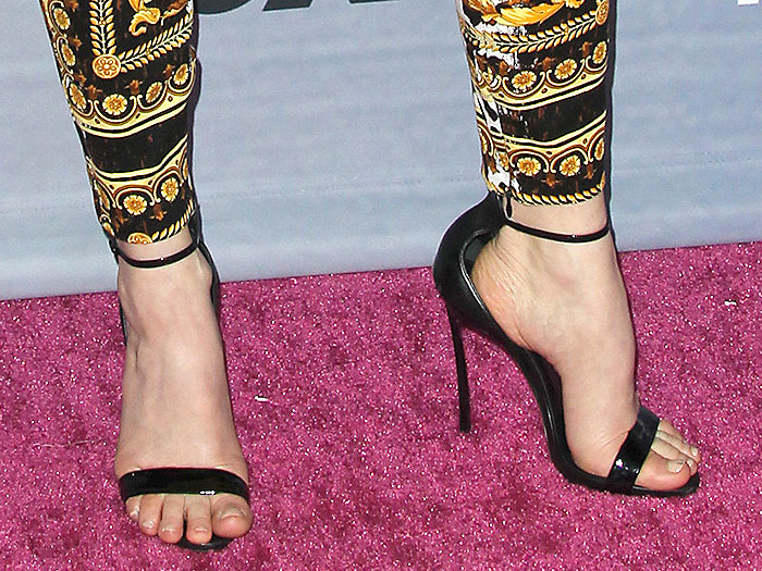 Fergie's toes slipping out of the steeply pitched heels