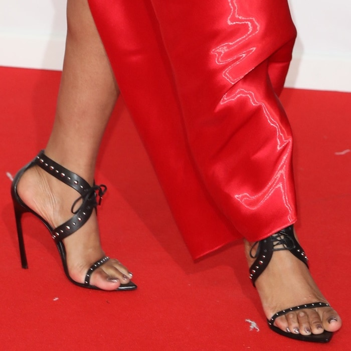 Jennifer Hudson showing off her corn-filled toes in ill-fitting black sandals