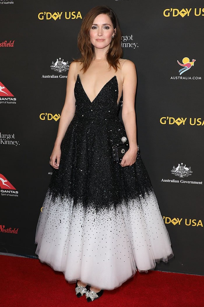 Rose Byrne wearing an Oscar de la Renta Spring 2018 black-and-white dress with a Roger Vivier clutch, David Yurman jewelry, and Sophia Webster 'Lilico' pumps.