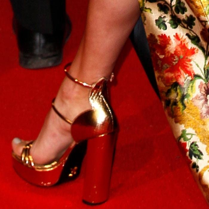 Alicia Vikander's pretty feet in gold sandals