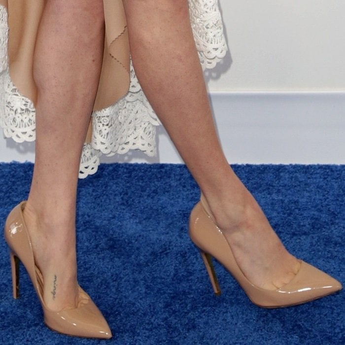 Amanda Seyfried's toe cleavage in nude pointy-toe pumps