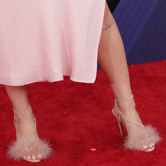 Anne-Marie's feet in nude 'Racey' feathered heeled Topshop sandals