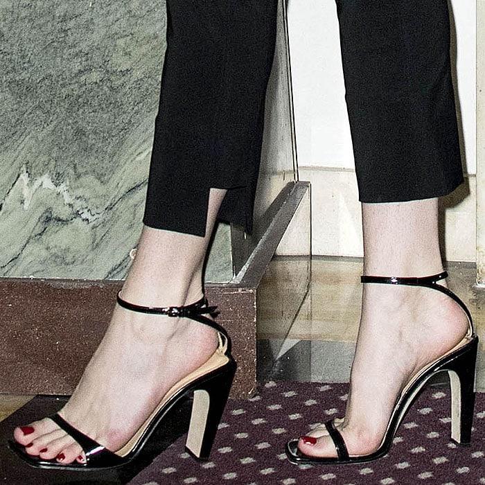 Bella Thorne Rocks Blue Eyeliner In Skintight Pants And Sr1 Sandals