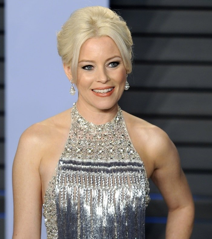 Elizabeth Banks showing off her diamond drop earrings
